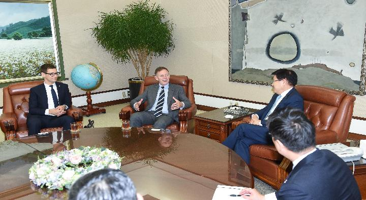 A Visit by Phillip Turner, the New Zealand Ambassador to South Korea